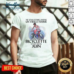Ne Sous Estimez Jamais Un Vieille Femme Avec Une Bicyclette Et Est Ne En Juin V-neck - Design by Wardtee.com